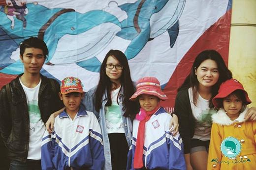 Tâm An (đeo kính) cùng gia đình FW trong chuyến đi đến huyện Krông Năng, Đắk Lắk.