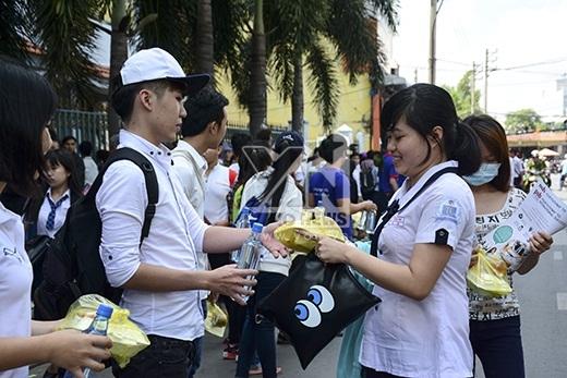 Các tình nguyện viên nhiệt tình hỗ trợ phần ăn trưa cho các thí sinh