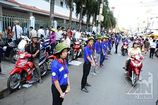 Các bạn tình nguyện cũng tích cực hỗ trợ để tránh việc ùn tắc giao thông tại điểm thi