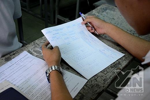 Các thí sinh trong phòng thi cuối giờ làm bài môn Toán