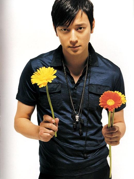 Khác hẳn với vẻ ngoài nam tính và lịch lãm, nam diễn viên Kang Dong Won từng khiến fan bất ngờ khi anh tiết lộ rằng mình thích sưu tầm búp bê. Giải thích lý do vì sao thích món đồ chơi con gái này, anh cho biết mỗi lần nhìn chúng anh đều bị cuốn hút bởi sự quyến rũ.