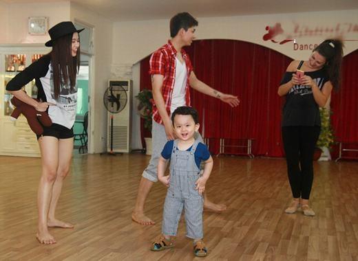Bộ trang phục yếm đáng yêu khi theo bố tập nhảy. - Tin sao Viet - Tin tuc sao Viet - Scandal sao Viet - Tin tuc cua Sao - Tin cua Sao