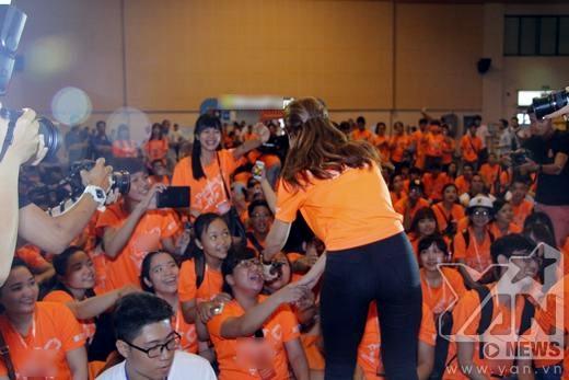 Cô nàng trình diễn 2 ca khúc hot nhất của mình trong The Remix là Vì ai vì anh và Shake the rhythm. - Tin sao Viet - Tin tuc sao Viet - Scandal sao Viet - Tin tuc cua Sao - Tin cua Sao