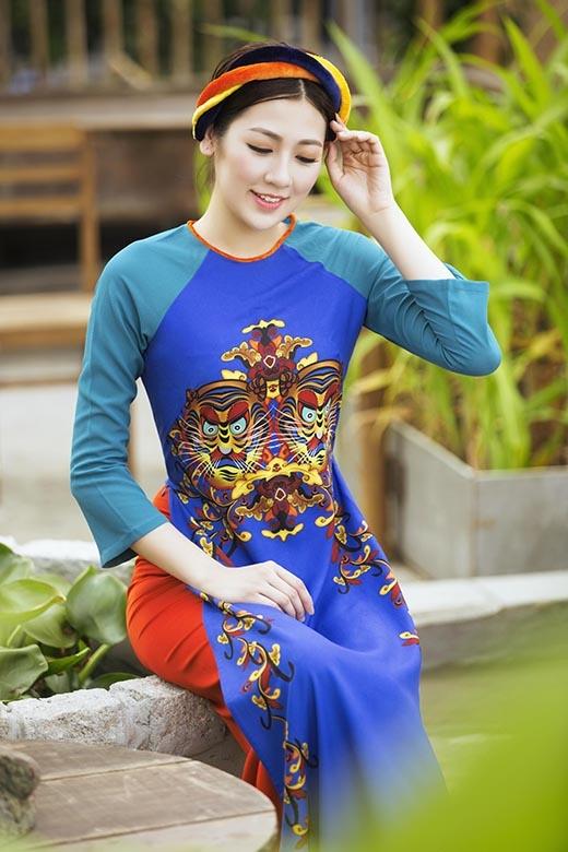 Tà áo dài xanh lam lại được kết hợp theo phong cách tương phản với sắc cam của chiếc quần. Ngoài kỹ thuật in chìm sắc nét những họa tiết còn ghi điểm bởi sự kì công khi được thêu tay tỉ mỉ, tinh tế.