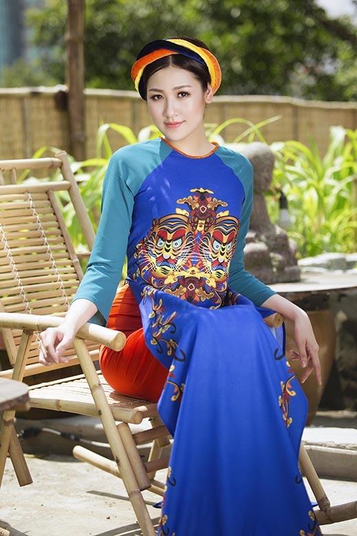 Á hậu Tú Anh càng nền nã, cổ điển hơn khi diện bộ trang phục cùng khăn vấn.