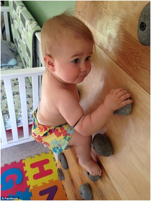 Ellie leo tường lần đầu khi em chỉ mới 8 tháng tuổi – sớm hơn 2 tháng so với lúc em biết đi