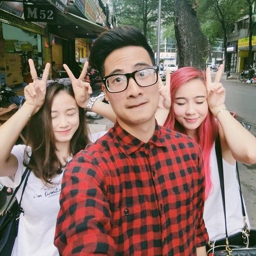 Chàng hot vlogJVđăng tải bức hình chụp cùng hai mỹ nhânSalim vàMie Nguyễn lên trang cá nhân. Hai cô hot girl xinh đẹp với tạo hình đáng yêu và dễ thương bên cạnh chàng hot vlog tài năng, đẹp trai. Bức hình nhanh chóng nhận được sự quan tâm và chú ý của đông đảo người hâm mộ.