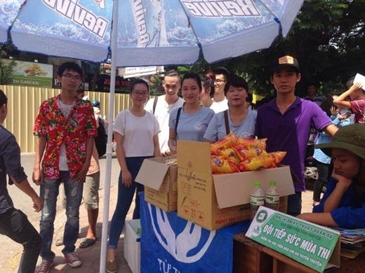 Ấm lòng với nhóm tình nguyện thức đêm bán trà sữa tiếp sức mùa thi
