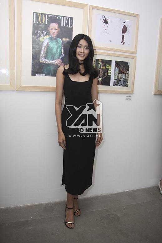 Kim Nhung diện chiếc váy đen dài theo mốt váy ngủ gợi cảm. - Tin sao Viet - Tin tuc sao Viet - Scandal sao Viet - Tin tuc cua Sao - Tin cua Sao