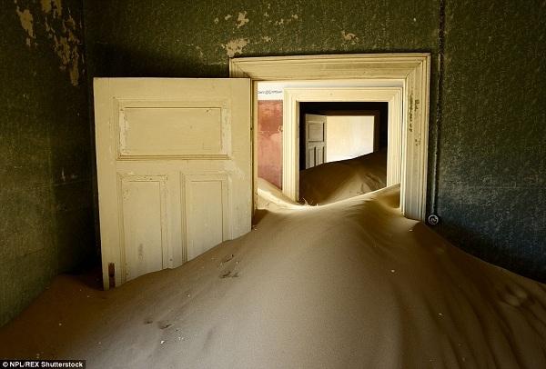 Nhiếp ảnh gia Enrique Lopez-Tapia đã chụp bức ảnh ấn tượng này khi anh thám hiểm vào trong một căn phòng có cát cao đến đầu gối. Những ngôi nhà sang trọng và to lớn này được thợ mỏ người Đức xây dựng ngay giữa sa mạc Namibia. Giờ đây chỉ còn có cát và cát.