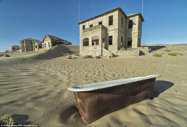 Những bức ảnh này được nhiếp ảnh gia Michiel Van Balen chụp khi đi ngang qua sa mạc Namibia. Tàn tích đầy ma mị của thị trấn Kolmanskop là một thỏi nam châm hút những tay săn ma và cũng là địa điểm chính của nhiều series truyền hình về hiện tượng kỳ bí.