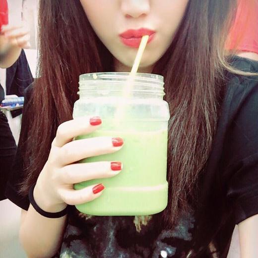 Bảo Thy vừa chia sẻ cách giảm cân mới nhất mà cô đã thử nghiệm, đó chính là uống trà sữa trà xanh và nhất định phải uống 1 mình. Với những chia sẻ trên của Bảo Thy, các fans của cô đã bật cười vì sự hài hước của thần tượng.