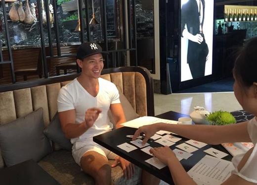Nam diễn viên Kim Lý đã chia sẻ hình mới nhất của mình. Có thể thấy trong ảnh là những mô hình bảng chữ cái tiếng Việt, chắc hẳn nam diễn viên này đang cố gắng luyện tiếng Việt thành thục hơn cho vai diễn sắp tới của mình.