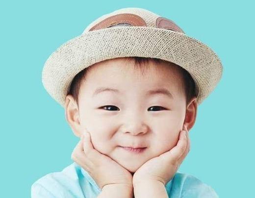 Anh giữa Mingukie rất thích ca hát, mỗi khi nhạc mở lên là Mingukie sẽ tự động nhún nhảy và hát theo điệu nhạc. Theo bố Song thì Mingukie giống mẹ hơn.