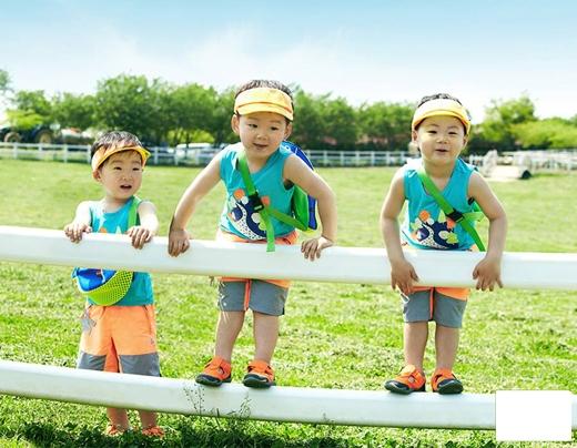 """Daehan, Minguk và Manse """"quậy banh chành"""" trong một buổi chụp hình cho nhãn hàng thời trang con nít."""