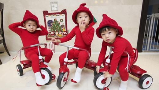 Ba chú yêu tinh lí lắc trên chiếc xe đạp mừng Giáng sinh.