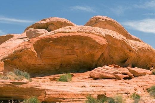 Liệu bạn có thể thấy người mẫu đang giấu mình ở những tảng đá ở thung lũng lửa Nevada, Mỹ?