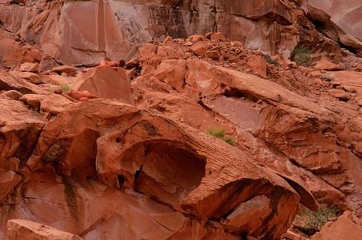 Bạn hãy thử tìm người mẫu đang ẩn giấu ở thung lũng lửa Nevada, Mỹ xem nào!
