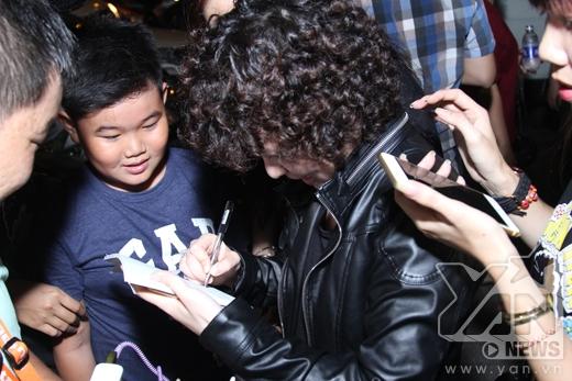 Dù bận chạy show nhưng Tiên Tiên vẫn tặng fan chữ ký và lưu lại những bức hình thật đẹp. - Tin sao Viet - Tin tuc sao Viet - Scandal sao Viet - Tin tuc cua Sao - Tin cua Sao
