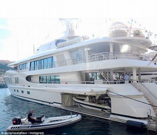Bên cạnh đó, du thuyền cũng là phương tiện mà hội con nhà giàu ưa thích. Những chiếc du thuyền kiểu này chỉ là một phần nhỏ trong cuộc sống xa hoa của họ.