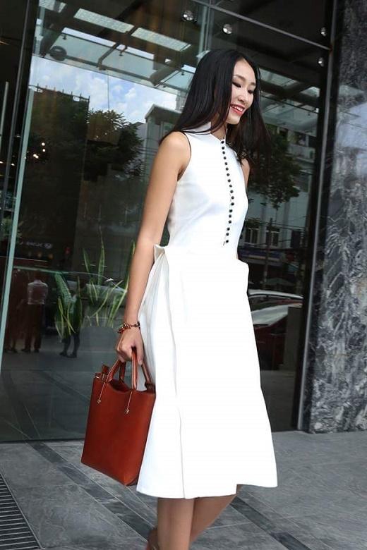 """Một lần nữa, hai chân dài lại """"đụng độ"""" trong một thiết kế váy trắng với kiểu dáng kết hợp hài hòa giữa vẻ đẹp truyền thống và sự hiện đại, trẻ trung."""