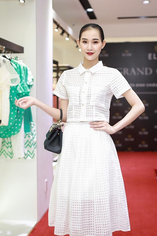 Không khó để nhận ra trước đó nữ hoàng trang sứcThanh Trúccũng từng diện bộ trang phục tương tự khi đến dự khai trương một cửa hàng thời trang.