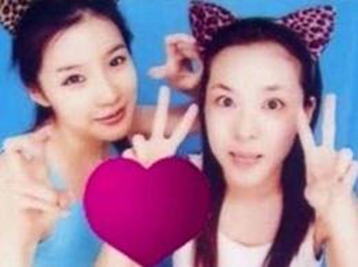 Hai chị cả Park Bom và Dara nhí nhảnh chụp ảnh sticker.