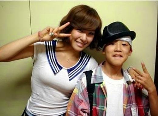B.I chụp ảnh cùng 2NE1 và Tiffany (2009).