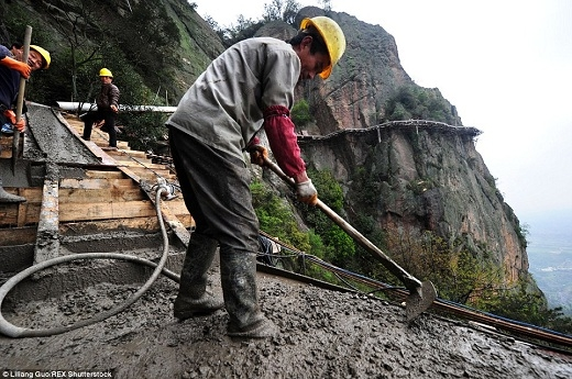 Những người công nhân phải lao động cực nhọc trên giàn giáo chật hẹp.