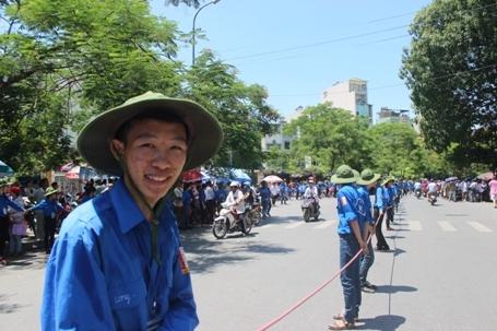 Đứng ngoài trời nắng nóng hơn 40 độ C ở Hà Nội để phân luồng giao thông