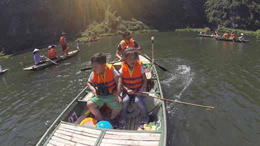 Chính vì vậy, bé Bi ở lại cùng các bạn để bắt đầu hành trình tại Tràng An - Ninh Bình. - Tin sao Viet - Tin tuc sao Viet - Scandal sao Viet - Tin tuc cua Sao - Tin cua Sao