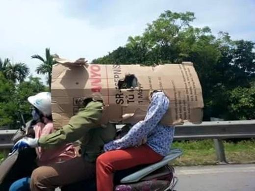 Với thời tiết nóng bức và khó chịu lên tới hơn 40 độ C như hiện nay tại Hà Nội, thì đây có lẽ là cách chống nóng hữu hiệu khi phải ra đường cho gia đình anh chị này.