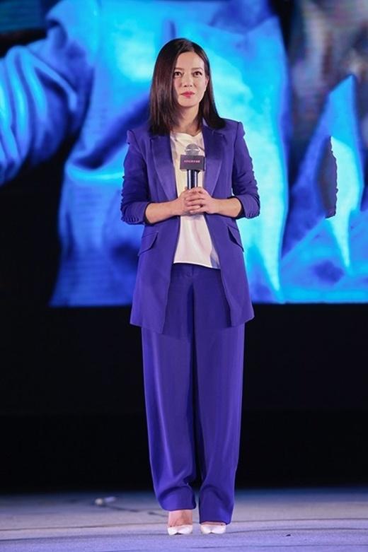 Triệu Vy bị chỉ trích vì để mặc trợ lý nữ hầu hạ quá mức