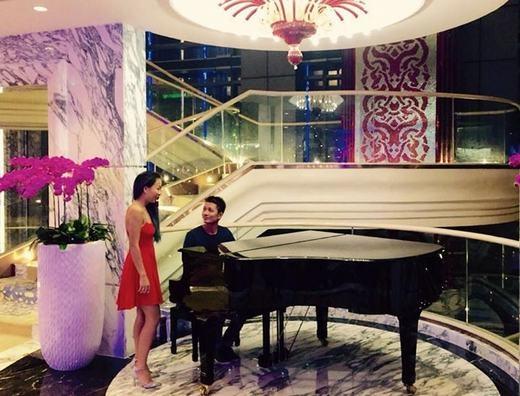 Thảo Trang thích thú khi được NTK Thuận Việt đàn cho cô hát bài Kìa con bướm vàng. Không gian khá sang trọng, nền nã kết hợp với phong cách thời trang dịu dàng của Thảo Trang tạo được nhiều thiện cảm cho người hâm mộ.
