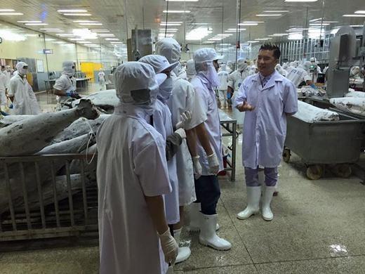 Đàm Vĩnh Hưng chia sẻ hình ảnh cùng các đại lí của nhà hàng kinh doanh đến tham quan nhà máy, xưởng sản xuất và nhà kho. Sau khi từ Mỹ về, anh đã có những thay đổi về quy trình sản xuất để tạo nên những sản phẩm chất lượng nhất cho khách hàng.