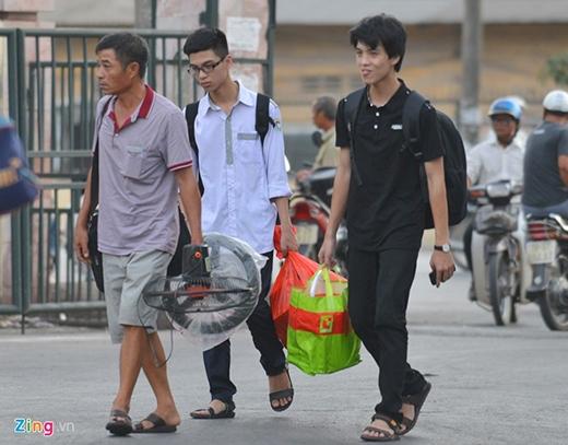Sĩ tử và người nhà lên xe rời Hà Nội về quê sau khi làm xong 4 môn thi bắt buộc của kỳ thi THPT Quốc gia 2015. Ảnh: Zing