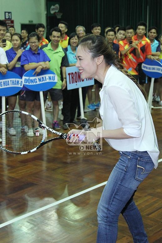 Mỹ Tâm hài hước dùng vợt tennis để đánh bóng bàn - Tin sao Viet - Tin tuc sao Viet - Scandal sao Viet - Tin tuc cua Sao - Tin cua Sao