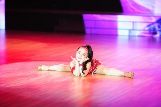 Thùy Dương, 7 tuổi, cô bé khiến 6 người trong ban giám khảo đứng lên nhún nhảy theo mình. - Tin sao Viet - Tin tuc sao Viet - Scandal sao Viet - Tin tuc cua Sao - Tin cua Sao
