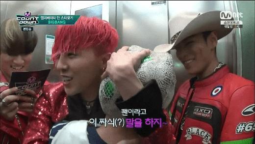Bambam (GOT7) sướng rơn vì được G-Dragon ôm trọn vào lòng