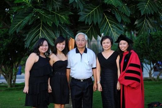 Ngọc Thảo (ngoài cùng bên phải) chụp cùng gia đình.