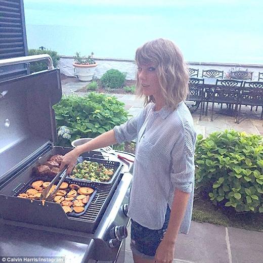 """Taylor Swift trổ tài """"nữ công gia chánh"""" ghi điểm với bạn trai"""