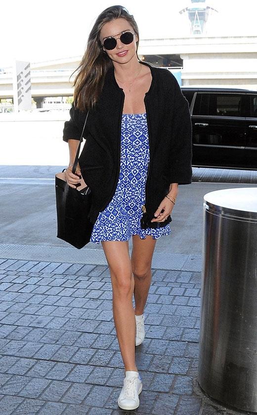 Lần đầu tiên Miranda diện bộ váy ở sân bay LAX.