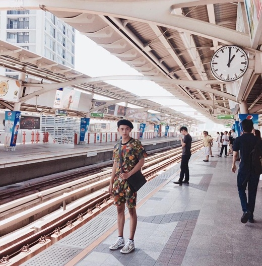 Anh trai quốc dân Dương Minh Tuấn mới đây đã quyết định sang Thái Lan du lịch. Anh chàng thời trang này khoe bức hình chụp tại một bến tàu bên Thái.
