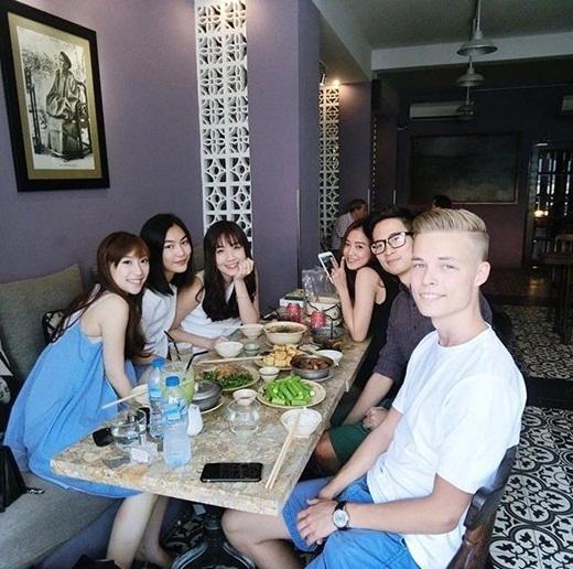 Helly Tống mới đây chia sẻ trên Instagram cá nhân bức hình cô cùng Mie Nguyễn, Salim, JV và bạn bè của mình đi ăn uống. Salim mới đây cũng vào Sài Gòn du lịch, cô cũng tranh thủ đi gặp gỡ và vui chơi cùng mọi người. Cuộc hội ngộ của dàn trai xinh, gái đẹp khiến nhiều người hâm mộ tỏ ra vô cùng thích thú.