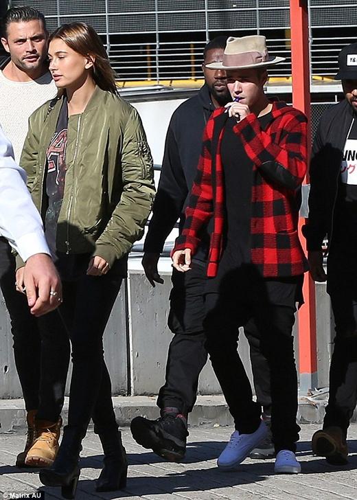 Justin Bieber nổi hứng trèo cây thể hiện bản lĩnh với bạn gái tin đồn