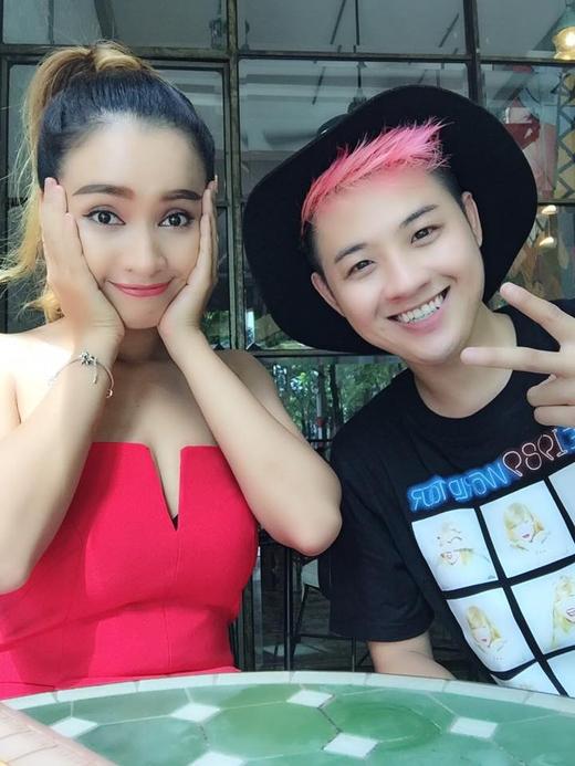 Thanh Duy Idol đã chia sẻ hình ảnh cùng ăn trưa với cô bạn Phan Lê Ái Phương. Từ sau khi cả 2 cùng tham gia chương trình Gương mặt thân quen thì giờ đây, tình cảm của 2 người trở nên gắn bó hơn bao giờ hết.