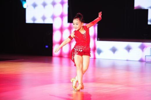 Bé Thùy Dương, 7 tuổi với ngoại hình đáng yêu, mũm mĩm, sáng sân khấu cùng những màn vũ đạo dance-sport khá đúng kỹ thuật đã khiến cho không chỉ ban giám khảo mà cả khán giả có mặt tại đó phải nhún nhảy theo tiết mục của mình. - Tin sao Viet - Tin tuc sao Viet - Scandal sao Viet - Tin tuc cua Sao - Tin cua Sao