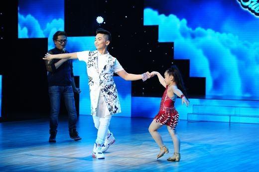 Biết được dance-sport là sở thích cua bé, Phan Hiển lập tức thể hiện khả năng khiến Thùy Dương thích thú. Cuối cùng, cô bé đã về đội Minh Hằng sau một quá trình thuyết phục khá vất vả. - Tin sao Viet - Tin tuc sao Viet - Scandal sao Viet - Tin tuc cua Sao - Tin cua Sao