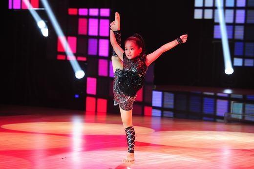 Bé Châu Anh (8 tuổi) đến Hà Nội với biểu cảm diễn xuất trên sân khấu tốt cùng những động tác vũ đạo tay chân đều, đẹp và thẳng đã khiến Minh Hằng rất yêu thích. Nữ giám khảo còn dí dỏm ví von rằng vì đẹp nên hãy về đội của cô nàng. - Tin sao Viet - Tin tuc sao Viet - Scandal sao Viet - Tin tuc cua Sao - Tin cua Sao