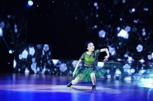 Kỹ thuật chưa vững chắc, tuy nhiên ánh mắt đầy đam mê khi biểu diễn cua Tuyết Anh (12 tuổi) khiến ban giám khảo cảm động. Chọn thể loại múa đương đại nhưng Tuyết Anh đã không chinh phục được các giám khảo. - Tin sao Viet - Tin tuc sao Viet - Scandal sao Viet - Tin tuc cua Sao - Tin cua Sao